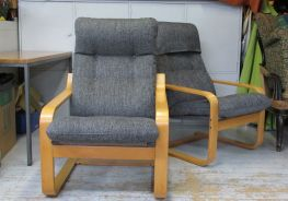 Kaksi tyylikästä nojatuolia joista takinmaisella on asiakkaan toivoma suoja huppu. - Två stiliga fotöljer, varav den bakre har en skyddshuva enligt kundens önskemål.