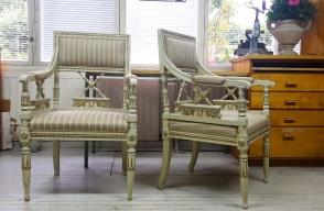 Kaksi kaunista empire tuolia. - Två vackra empire stolar.