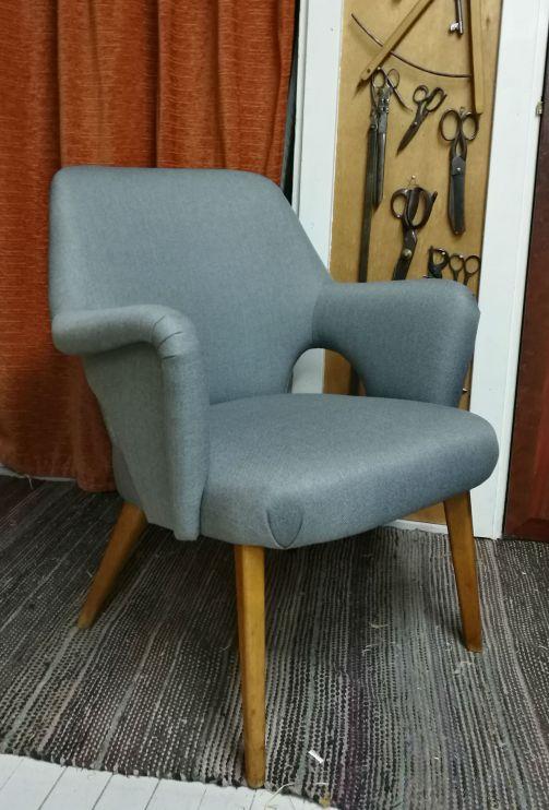 Muodonmuutoksen kokenut 50-luvun tuoli Keravan puusepiltä. - Dehär vakra 50-tals stolen av Keravan puusepät fick en uppfräschning.