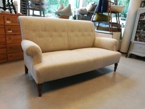 Täysin peruskorjattu venäläinen sohva 1800-luvulta.- Helrenoverad rysk soffa från 1800-talet
