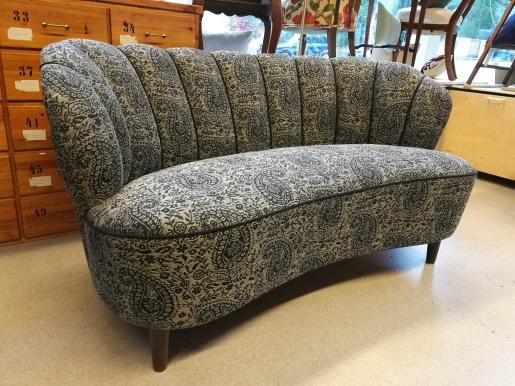 Piippuselkäinen sohva peruskorjauksen jälkeen.